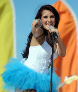 http://img174.imagevenue.com/loc53/th_53422_Dulce_Maria_Performs_On_Descontrol_Telemundo9_122_53lo.jpg